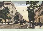 Aleje Ujazdowskie przed 1914 r. Kamienica Trębickiej to piąty budynek od lewej strony pocztówki. Warto zwrócić uwagę na tory tramwajowe poprowadzone po bokach jezdni.