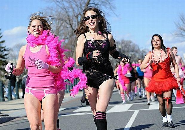Biegi w strojach kapielowych odbywają się regularnie w USA w Walentynki