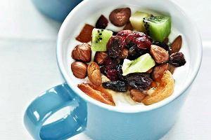Jogurt z owocami i orzechami