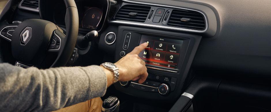 Kontroluj całe auto jednym palcem. Siedząc wygodnie za kierownicą swojego Renault KADJAR, możesz surfować po R-Link 2 równie swobodnie, jak gdybyś siedział w domu na kanapie z tabletem w ręku.