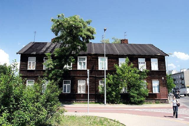 Drewniany dom przy ul. Biruty 18. W jego pobliżu odkryto żydowskie groby