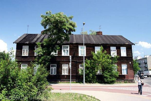 Drewniany dom przy ul. Biruty 18. W jego pobli�u odkryto �ydowskie groby