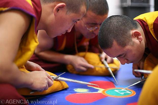 Buddyjscy mnisi w Żydowskim Instytucie Historycznym sypią mandalę w intencji pomordowanych w Warszawie