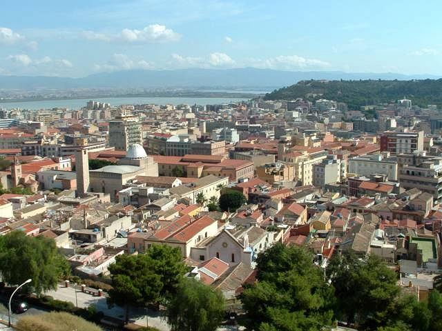 Dolne Cagliari widziane z piazzetta Mercede Mundula