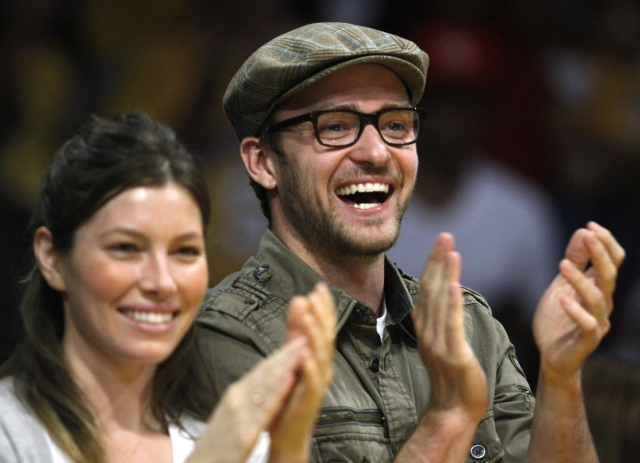 Singer Justin Timberlake (R) and actress Jessica Biel watch the Los Angeles Lakers play the Utah Jazz during their NBA Western Conference quarter-final basketball playoff game in Los Angeles, April 21, 2009.  REUTERS/Lucy Nicholson (UNITED STATES SPORT BASKETBALL ENTERTAINMENT)
