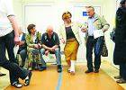 Pacjenci w szpitalu kicają z nogą w gipsie