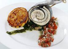 Pieczony okoń morski na szpinaku z salsą pomidorową - ugotuj