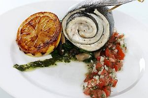 Pieczony oko� morski na szpinaku z sals� pomidorow�