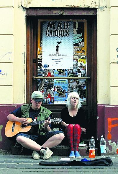 Jacek i Ela zarabiaj� graj�c i �piewaj�c na ulicy