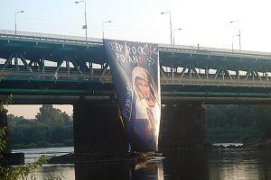 Plakat z Maryj� o twarzy Madonny na Mo�cie Gda�skim