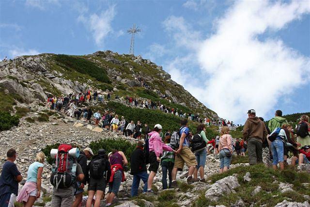 Tłum turystów wchodzi na szczyt Giewontu