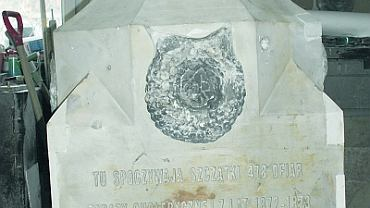 Odrestaurowany już fragment pomnika z wykutym na nowo napisem w pracowni kamieniarskiej w Pruszkowie.