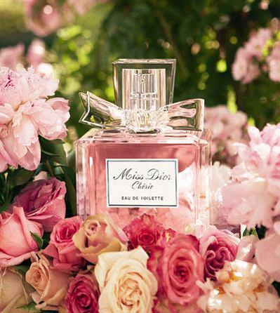 Miss Dior Cherie - bukiet kwiat�w zamkni�ty we flakonie