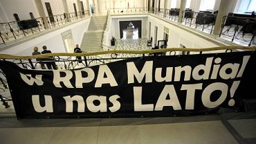 Czerwiec 2010 r. Transparent powieszony w Sejmie przez pomysłodawców strony www.koniecpzpn.pl