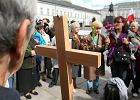 16 wrze�nia. Grupa os�b, kt�re modl� si� pod Pa�acem na Krakowskim Przedmie�ciu