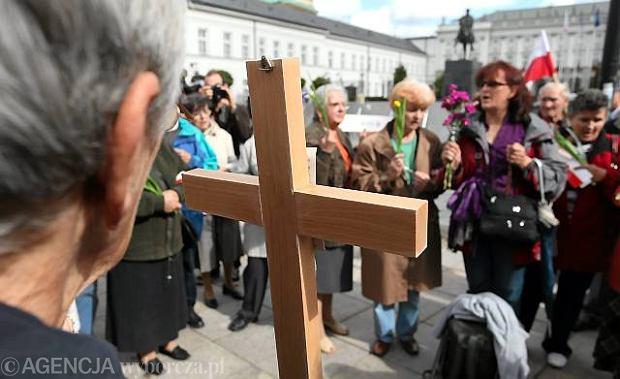 """Krzy� przed Pa�acem: najwi�cej w TVN24, najmniej rzetelnie w """"Wiadomo�ciach"""" TVP"""