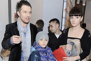 Otwarcie nowego salonu H&M przyci�gn�o t�umy gwiazd w�r�d nich znalaz� si� Adam Sztaba z Dorot� Szel�gowsk� i jej synem. Dorota jest c�rk� pisarki Katarzyny Grocholi, a ch�opiec jej wnuczkiem.