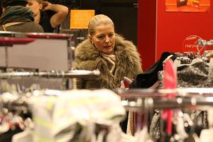 Ostatnio pisaliśmy, że Małgorzata Wyszyńska miała na sobie 11 tysięcy złotych. Szefowa Wiadomości jednak nie chodzi tylko do najdroższych sklepów. Paparazzi przyłapali ją gdy buszowała na wyprzedaży w TK MAXX. Prezenterka szukała, przymierzała, ale w końcu nic nie kupiła. Zobaczcie jak to wyglądało.