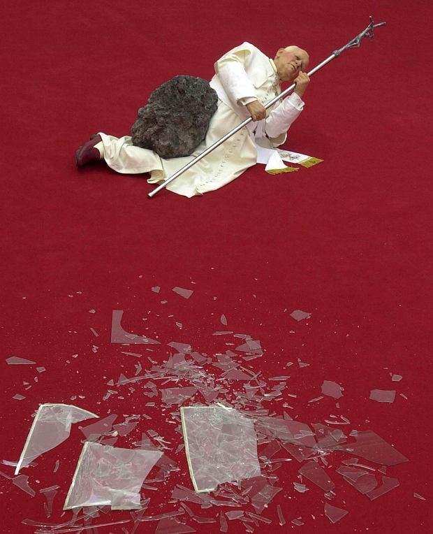 Były poseł 12 lat temu zniszczył rzeźbę papieża. Teraz może zapłacić 40 tys. zł kary