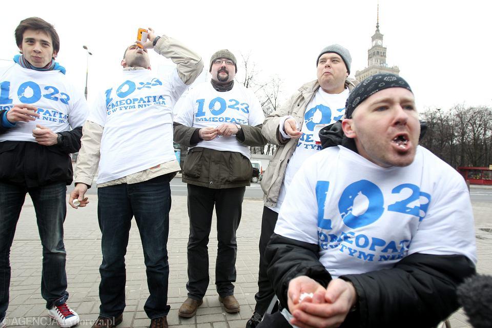 Warszawa. Happening kampanii 10:23, podczas której kilka osób połknęło setki pastylek homeopatycznych.