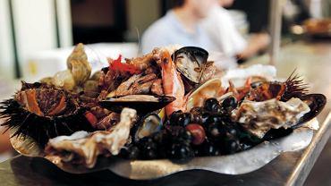 Dur brzuszny. Surowe lub lekko podgotowane owoce morza są głównym źródłem zakażeń durem plamistym