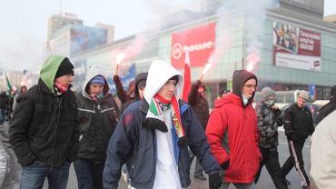 Manifestacja nacjonalistów pod hasłem: 'Kosowo jest serbskie' wyruszyła ze stacji Metro Świętokrzyska i przeszła ulicami Warszawy