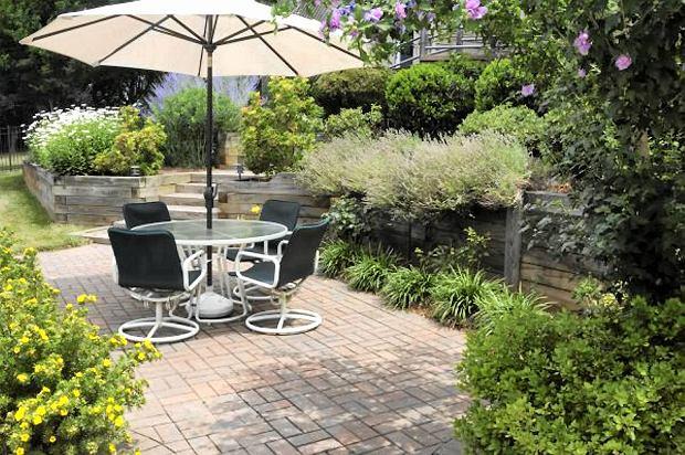 Parasol ogrodowy. Sprawdza si� na tarasie, balkonie i ka�dym zak�tku ogrodu. Jego zalet� jest mo�liwo�� przestawiania, ale im wi�kszy parasol, tym wi�ksz� musi mie� podstaw� mocuj�c�