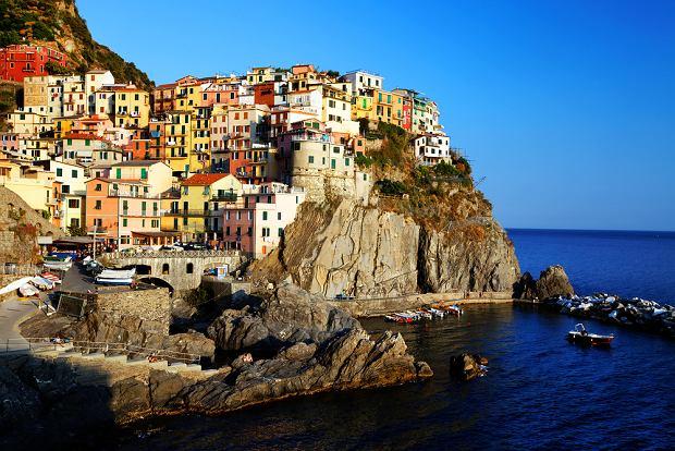 Liguria, W�ochy. W p�nocno-zachodniej cz�ci W�och, nad brzegiem Morza �r�dziemnego, le�y prowincja Liguria. Jest tu wiele uroczych miasteczek i wiosek, ale wizyt�wk� Ligurii jest pi�� wyj�tkowych miasteczek -  Cinque Terre (Pi�� Ziem): Manarola, Monterosso al Mare, Corniglia, Vernazza i Romaggiore - wszystkie bardzo kolorowe i roz�o�one malowniczo na skalistym morskim brzegu.