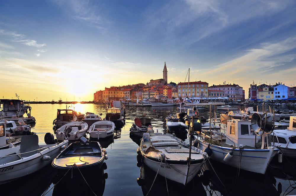 Rovinj, Chorwacja. Rovinj to malownicze miasteczko leżące na półwyspie Istria w Chorwacji. Stara część miasta Rovinj, skupia wszystkie zabytki. Pełno tu kolorowych, urokliwych uliczek, zdobionych balkonów, na każdym kroku spotkać można pamiątki sztuki i kultury gotyckiej i romańskiej. Miasto wygląda też pięknie od strony morza.