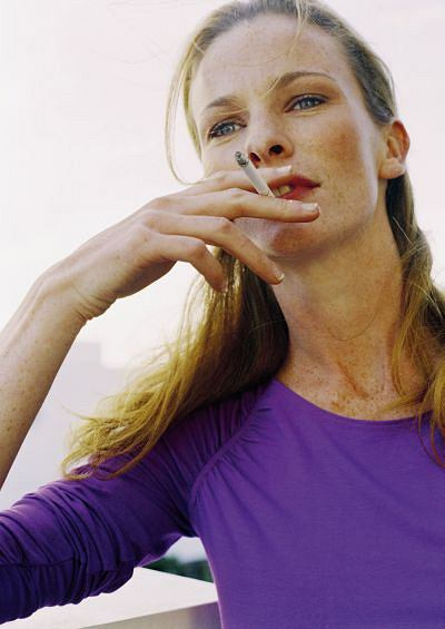 Zmarszczki. Palenie papierosów ma również przeciwwskazania natury estetycznej: udowodniono, że negatywne efekty palenia obejmują niedokrwienie skóry i wczesne powstawanie zmarszczek