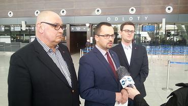 Grzegorz Strzelczyk, Marcin Horała i Michał Bełbot (PiS) podczas konferencji na lotnisku w Gdańsku