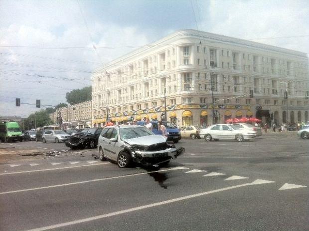 Wypadek na skrzy�owaniu al. Jana Paw�a II z al.