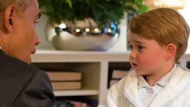 Książę George wita się z Barackiem Obamą