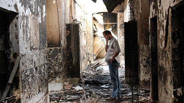 Członek organizacji Lekarze bez Granic w zniszczonym przez Amerykanów szpitalu w Kunduzie