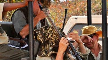 P�ac� maj�tek za mo�liwo�� zabicia dzikich zwierz�t w RPA. Ze wstydu ukrywaj� twarze przed aparatami