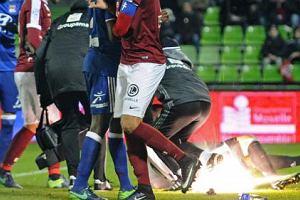 Piłkarz ligi francuskiej tymczasowo stracił słuch od petardy rzuconej na murawę
