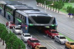 Na taki pomys� mogli wpa�� tylko Chi�czycy. Ten gigantyczny autobus rozwi��e problem kork�w?