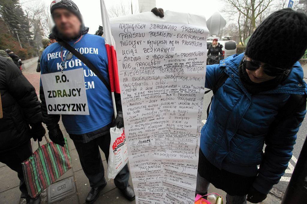 Zwolennicy rządu Prawa i Sprawiedliwości pod budynkiem sejmu, grudzień 2016 r. (fot. Sławomir Kamiński / Agencja Gazeta)