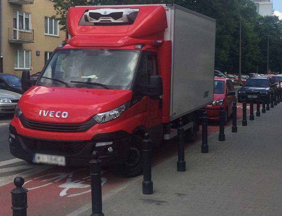 Samochody zaparkowane na ścieżce rowerowej