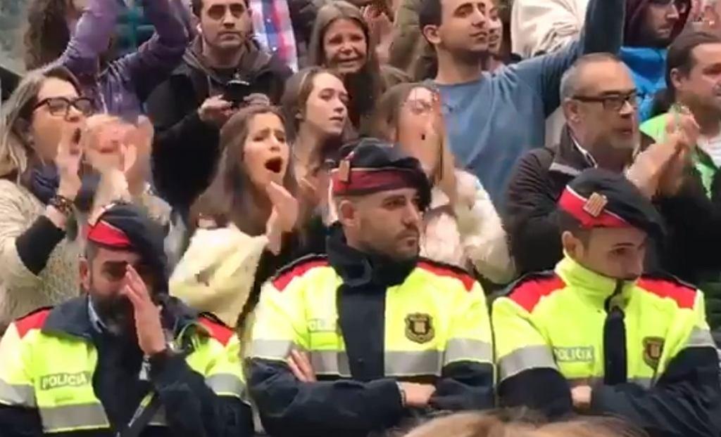 Katalońscy policjanci w dniu referendum niepodległościowego