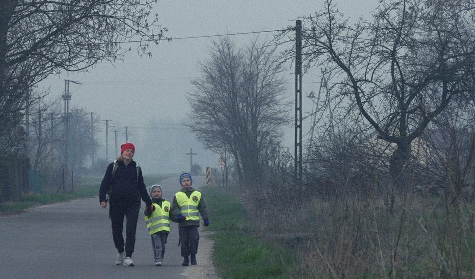 Agata Matejczuk, w trzeciej ciąży, odprowadza synów - Roberta i Piotrusia. Kadr z filmu 'Biegacze'