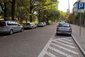 Kiedy wolno parkować po lewej stronie ulicy? Przepisy w tej kwestii nie są jednoznaczne