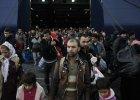 Uchod�cy w porcie w Pireusie w pobli�u Aten