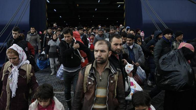 Uchodźcy w porcie w Pireusie w pobliżu Aten