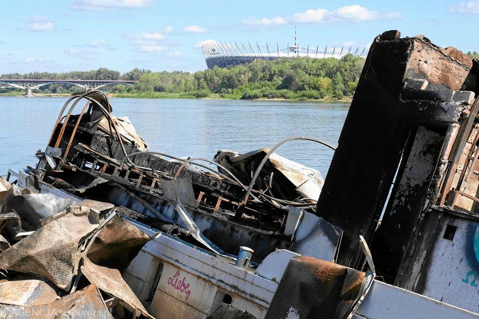 Częściowo zatopiona barka przy moście Łazienkowskim