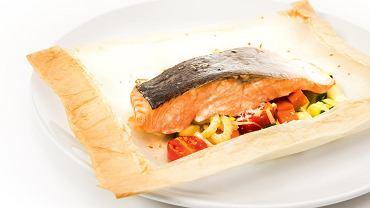 Łosoś pieczony w papilotach z warzywami, skórką z cytryny i sosem na bazie wermutu