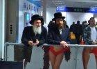 """""""Jestem wykształconą kobietą i jakiś facet nie pozwala mi koło siebie siedzieć?"""" Starsza kobieta pozywa izraelskie linie lotnicze"""