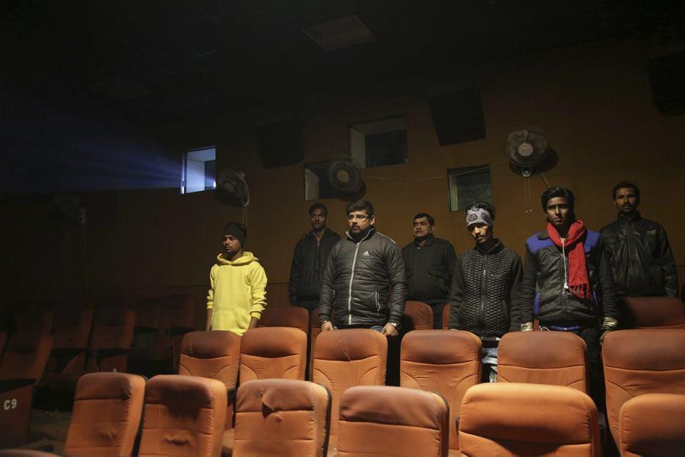 Widzowie kina w Allahabadzie słuchają przed seansem indyjskiego hymnu, 9 stycznia 2018 r.