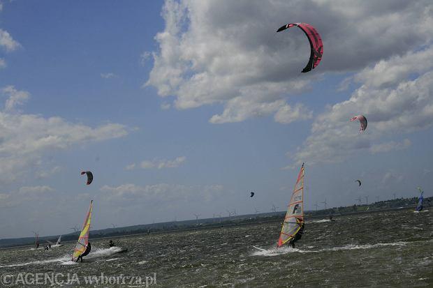 Kitesurfer na Jeziorze Mietkowskim uderzył w betonowe nabrzeże. Reanimacja nie powiodła się