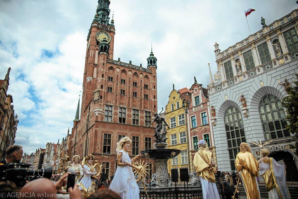 Zdjęcie numer 6 w galerii - Para książęca spotkała się z Wałęsą. Przywitały ją też transparenty o demokracji w Polsce